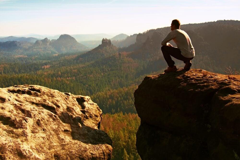 Hombre valiente mirando al horizonte representando la fuerza de la voluntad