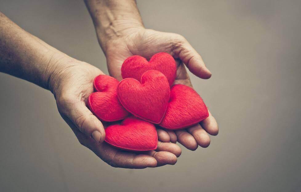 Mano sosteniendo corazones
