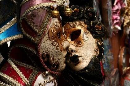 Máscaras unidas simbolizando la seducción