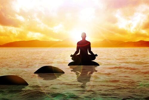 Monje budista pensando en acabar con el sufrimiento