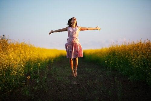 Mujer caminando con pensamiento positivo