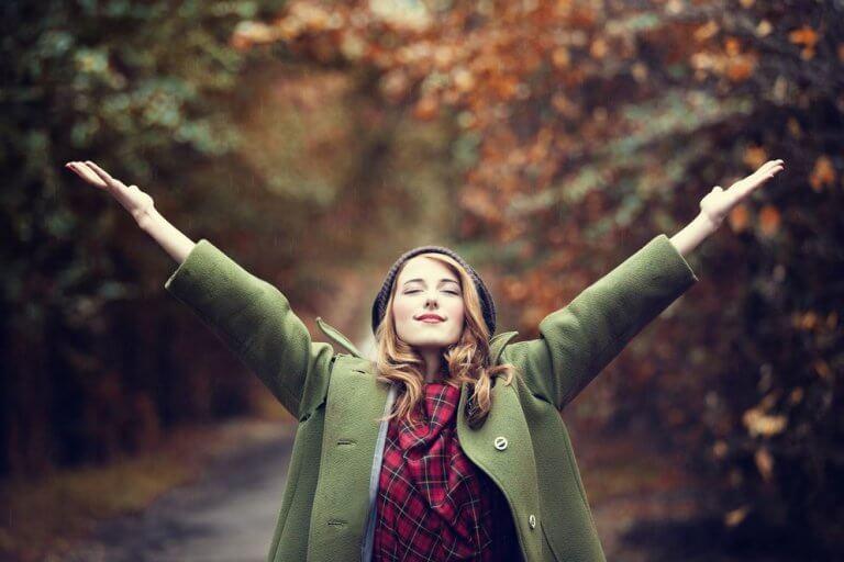 Mujer con los brazos abiertos feliz