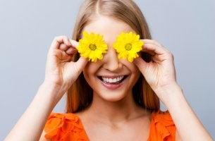 Mujer con dos flores en los ojos y pensamientos positivos