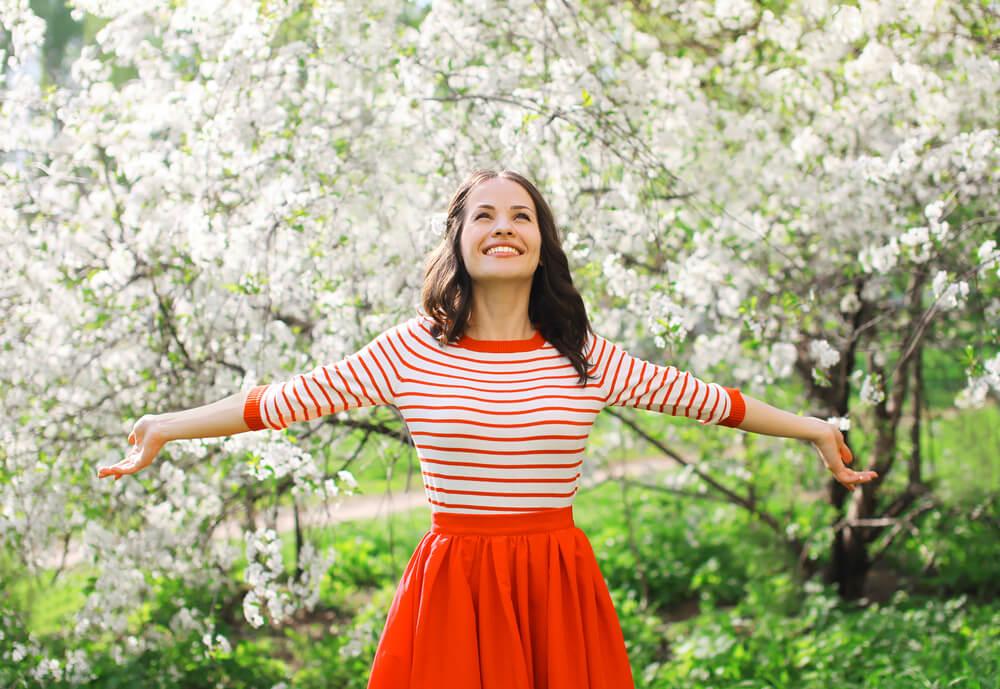 Mujer con los brazos abiertos feliz y sola