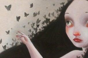 Mujer con mariposas a su alrededor
