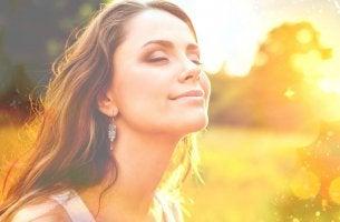 Mujer con pensamientos positivos sonriendo disfrutando del momento de felicidad