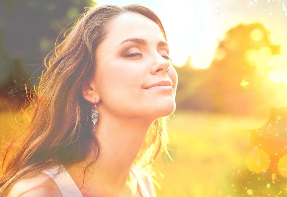 Mujer con pensamientos positivos sonriendo