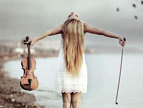 Mujer con violín mirando hacia arriba