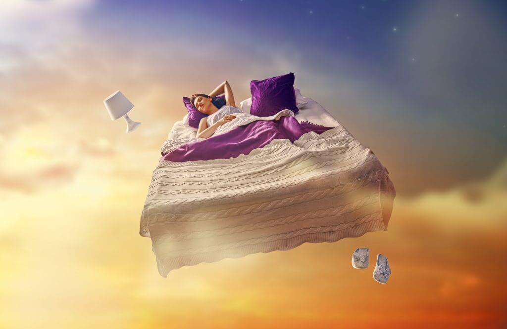 mujer en la cama soñando