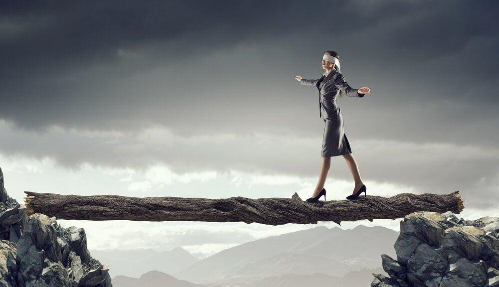 Mujer enfrentando sus miedos