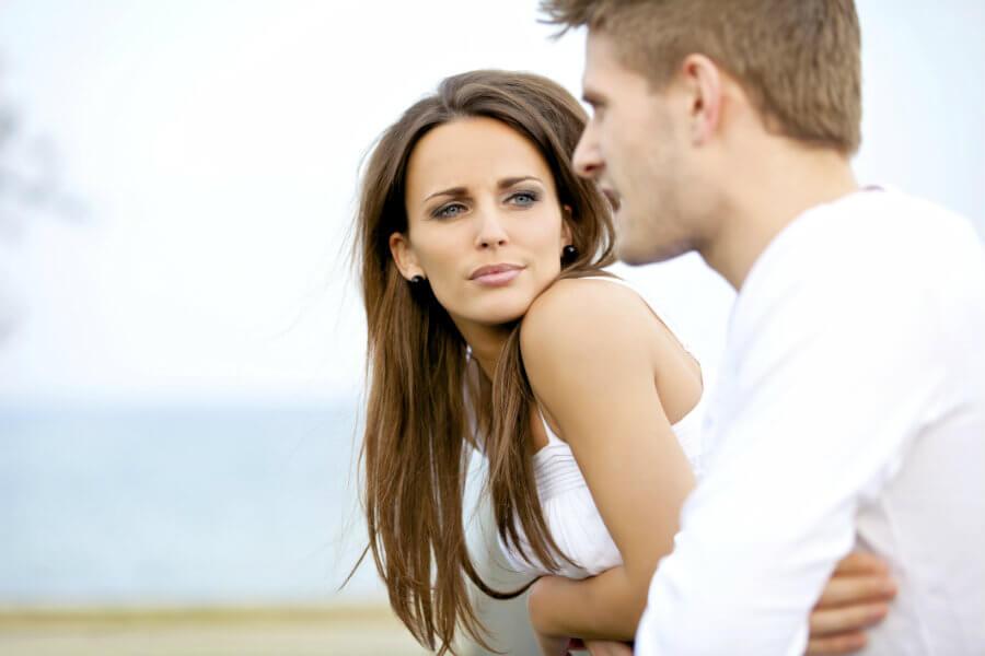 Mujer escuchando a su pareja