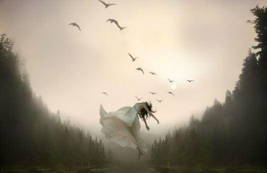 Mujer elevada por pájaros simbolizando el duelo