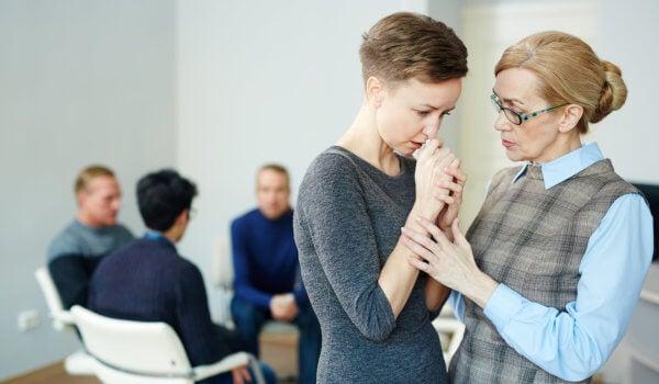 Mujer siendo consolada por su psicóloga