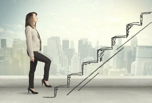 Mujer subiendo una escalera con habilidades mentales