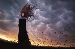 Mujer con rencor en el campo