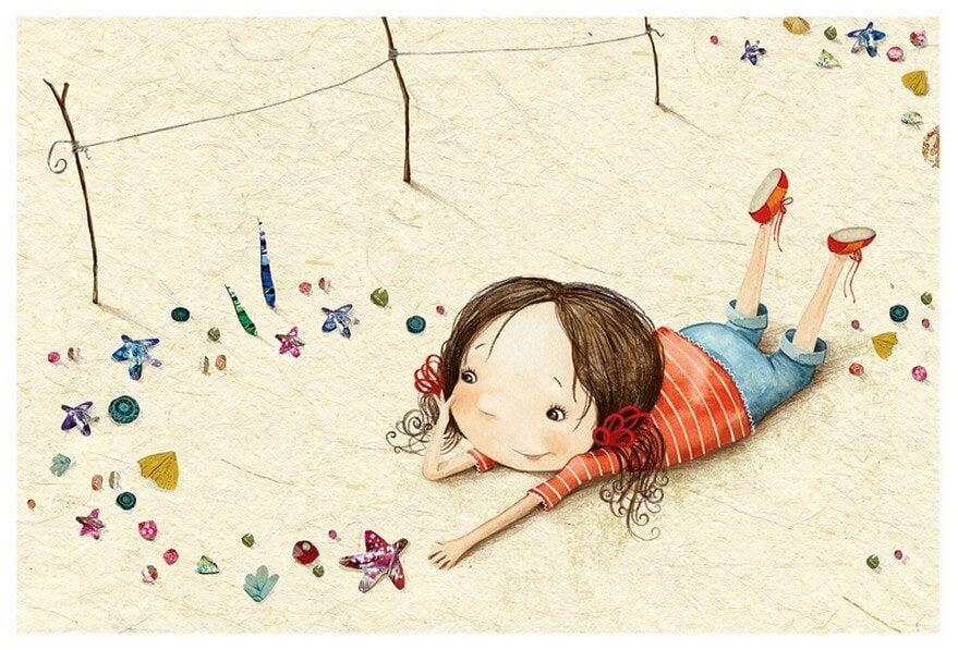 Niña feliz tumbada en el suelo