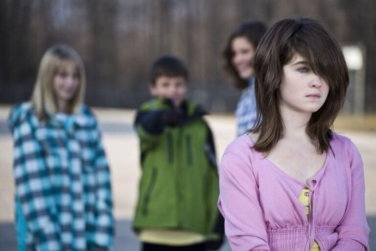 Niña que sufre bullyin y maltrato infantil