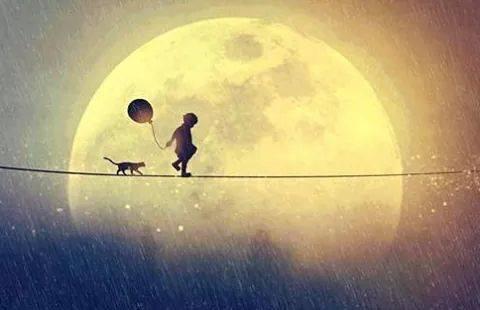 Niño caminando con un globo y un gato por una cuerda cerca de la luna