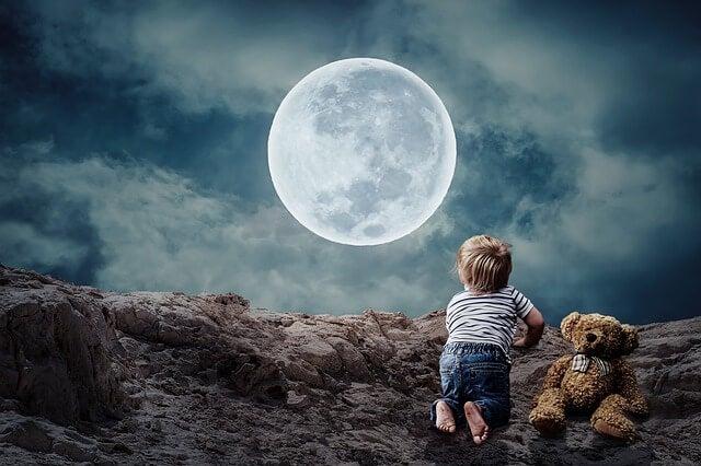 Niño mirando a la luna trabajando la resistencia