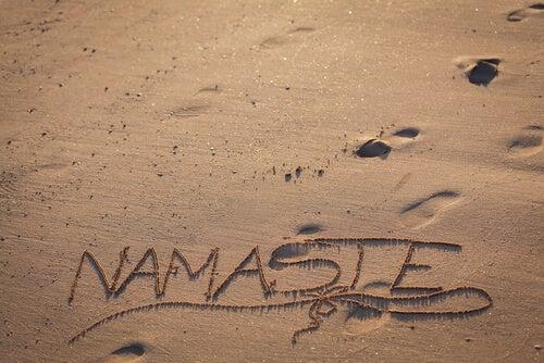 Palabra Namasté escrita en la arena