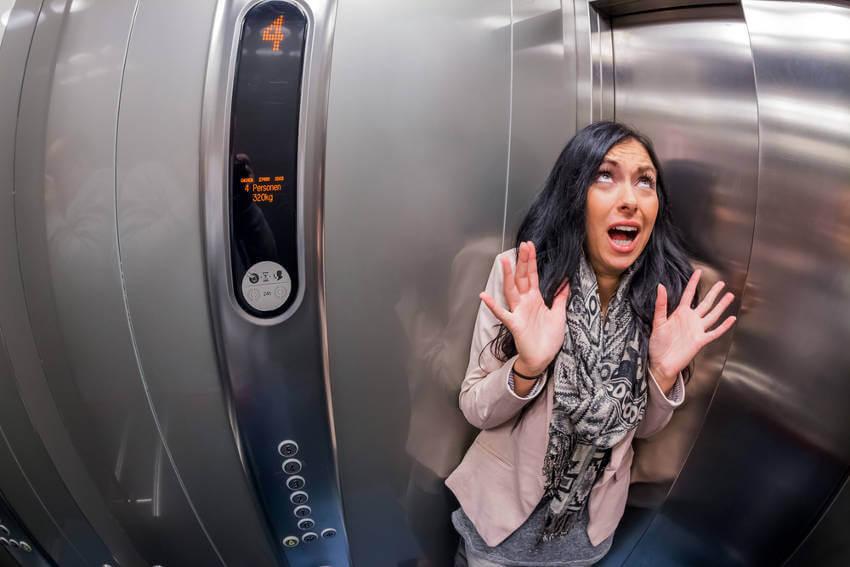 Mujer con fobias en un ascensor