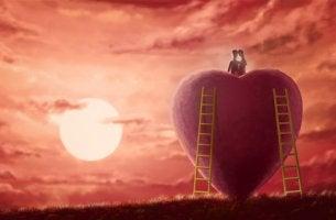 Pareja sobre un corazón mostrando amor