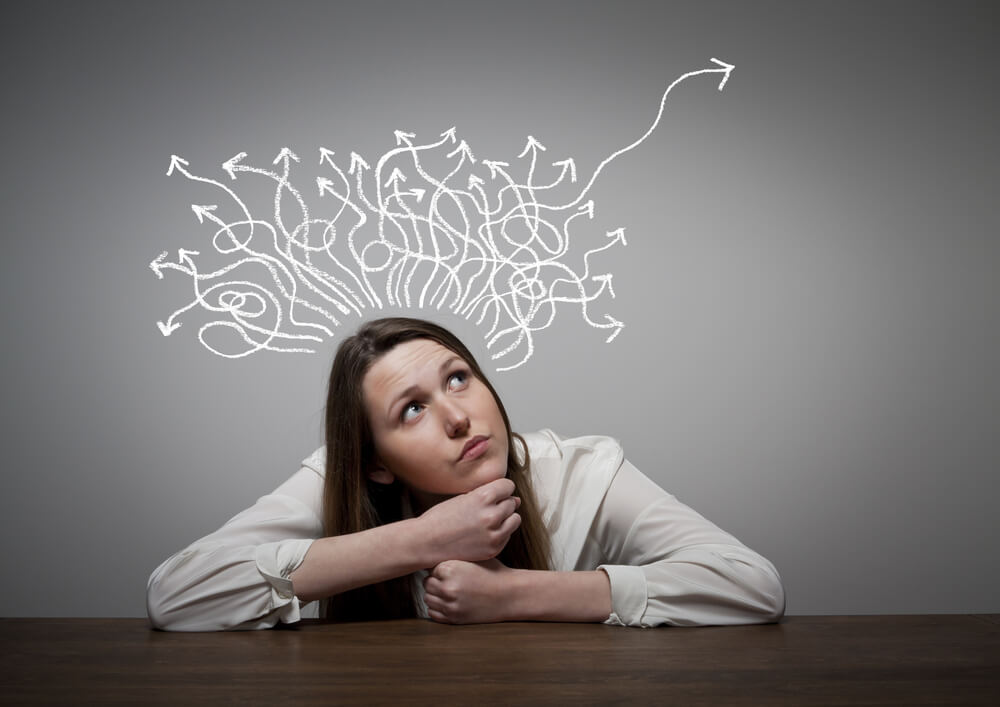 mujer con lineas en la cabeza simbolizando el efecto de los debería
