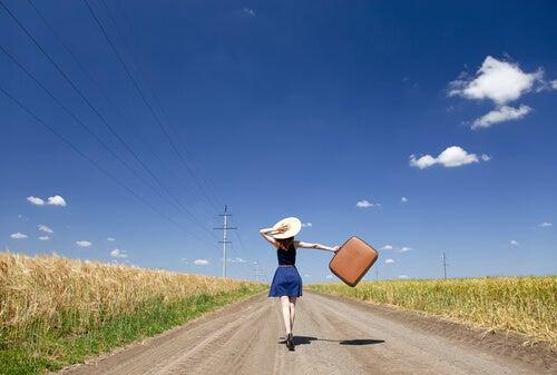 Mujer feliz en una carretera