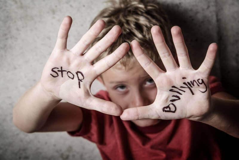 Niño diciendo stop al acoso