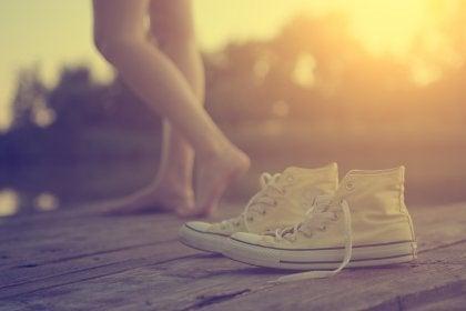 Zapatillas sobre suelo de madera