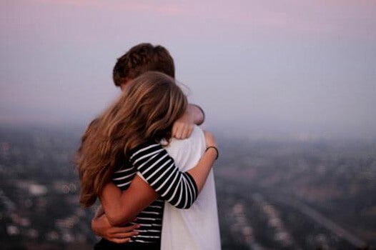 Amigos abrazados perdonándose