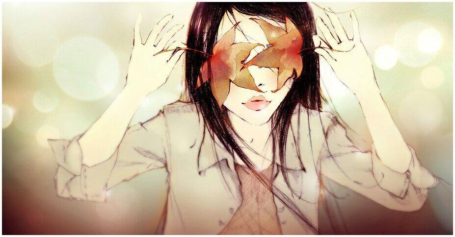 Mujer con los ojos tapados por hojas de un árbol