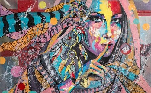 Mujer india con un atrapasueños como pendiente