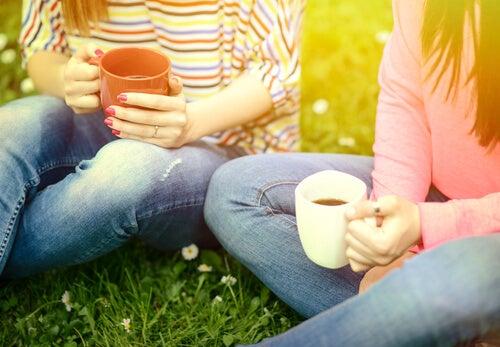 Amigas charlando con un café