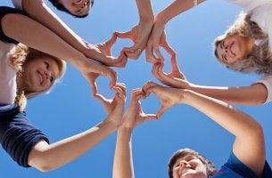 Amigos haciendo corazón con sus manos representando altruismo