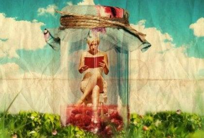 Mujer que sabe esperar leyendo