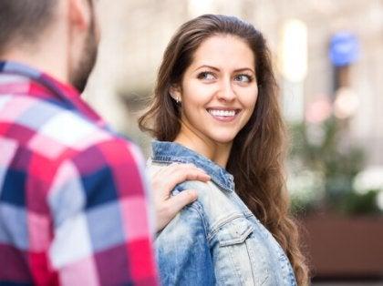 Chica sonriendo por halagos