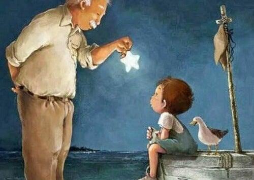 Abuelo enseñando una estrella a su nieto