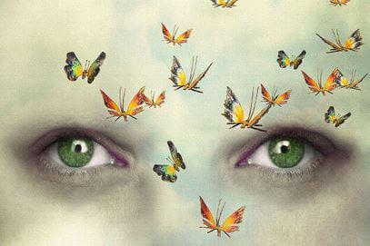 Ojos mirando mariposas para liberar la mente