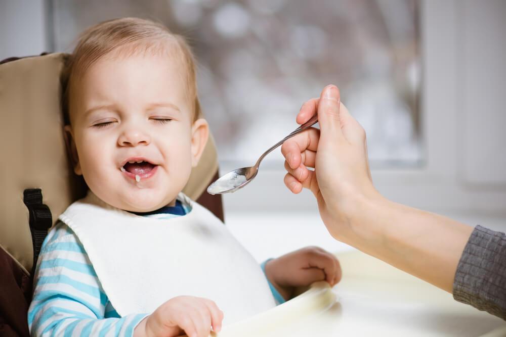 Madre dándole de comer a su bebé