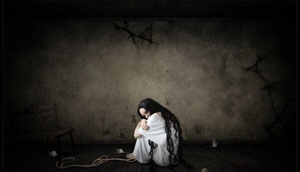 Mujer con miedo sentada