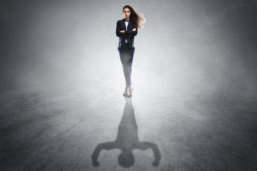 Mujer segura que no necesita búsqueda de aprobación