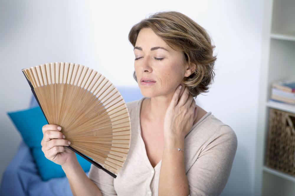 Mujer con síntomas de la menopausia