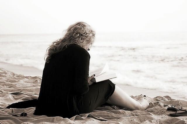 Mujer leyendo frases de motivación
