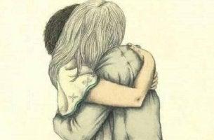 Pareja abrazándose por su despedida