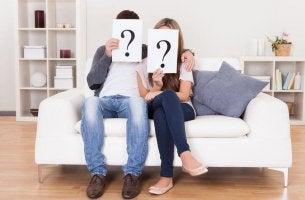 Pareja con dudas que muestra inseguridad en las relaciones