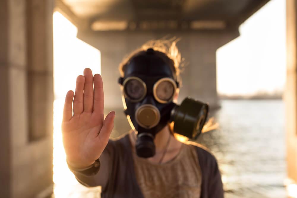 Persona con máscara de gas