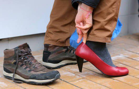 PErsona poniéndose en los zapatos del otro como muestra de empatía