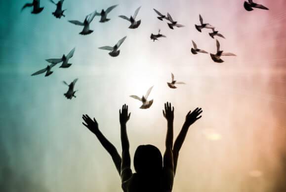Mujer con pájaritos