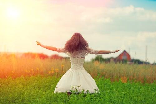 Mujer feliz con los brazos abiertos